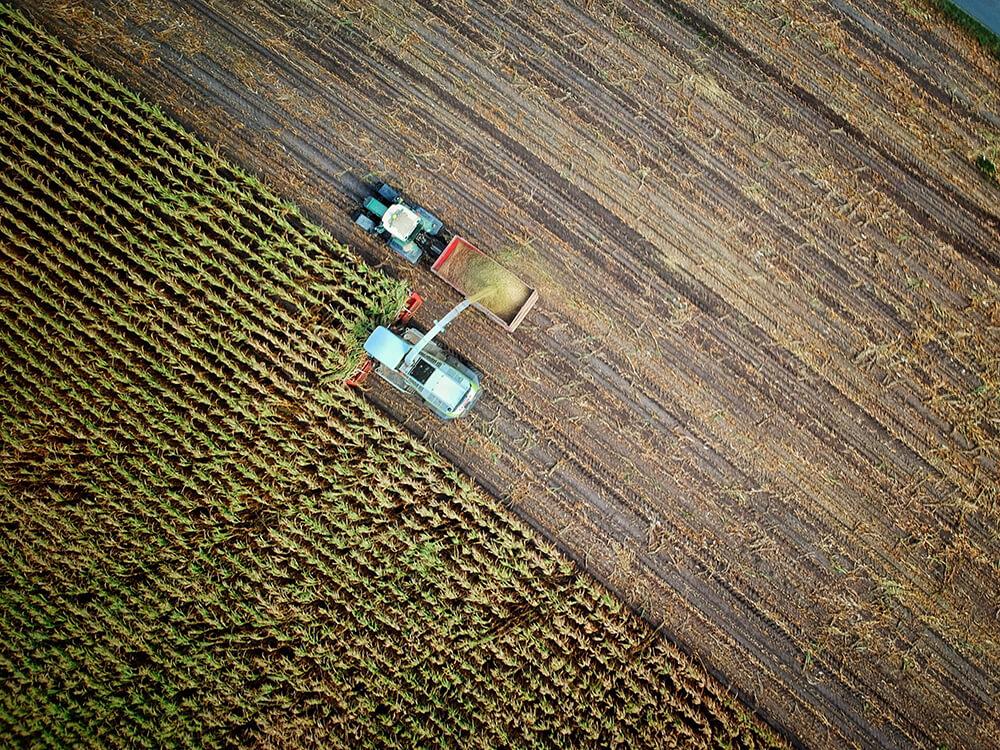 Pohľad z dronu na kombajn na poli